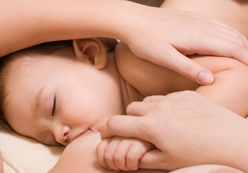 Il neonato al seno